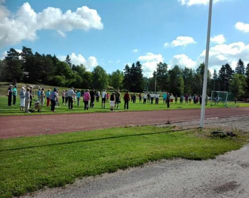Eläkeläisten liikuntapäivä urheilukentällä ja alkulämmittelyt SFJ-Fiiliksen johdolla.